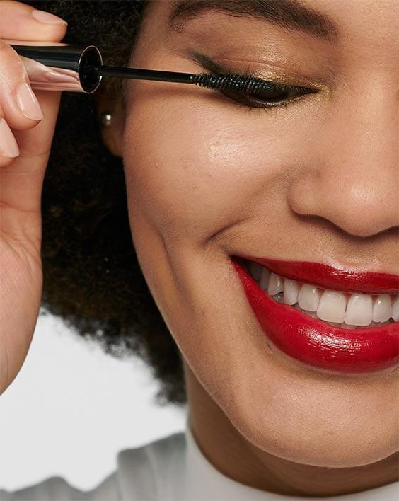 Les lèvres audacieuses aiment les cils voluptueux.